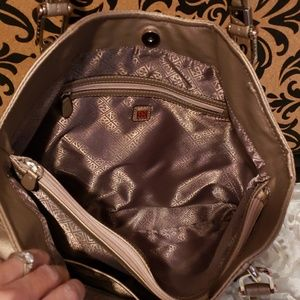 Relic Bags - NWOT RELIC LARGE ROSE GOLD FAUX LEATHER HANDBAG
